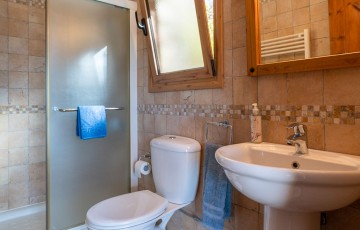 Twin bedroom's en-suite shower