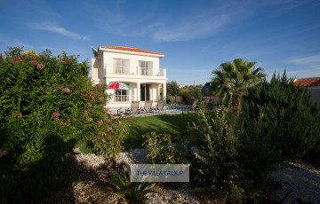 3 bedroom villa located within walking distance of the village amenities