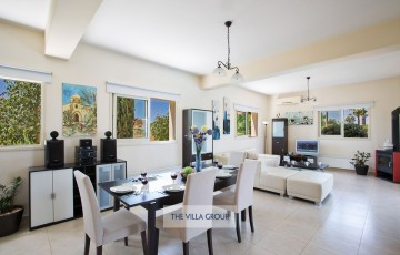Comfortable leather corner sofa, TV with full satellite, wireless internet access, fireplace