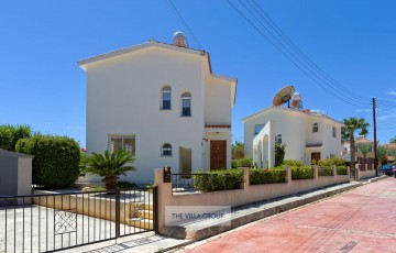 2 bedroom villa located within walking distance of the centre of Coral Bay