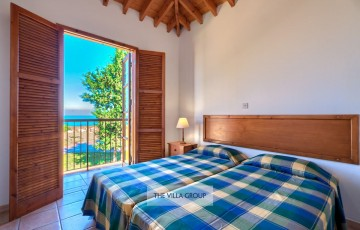 Twin bedroom with sea views