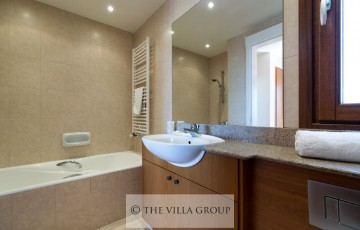 En-suite bathroom with both a bath and a walk-in shower unit.